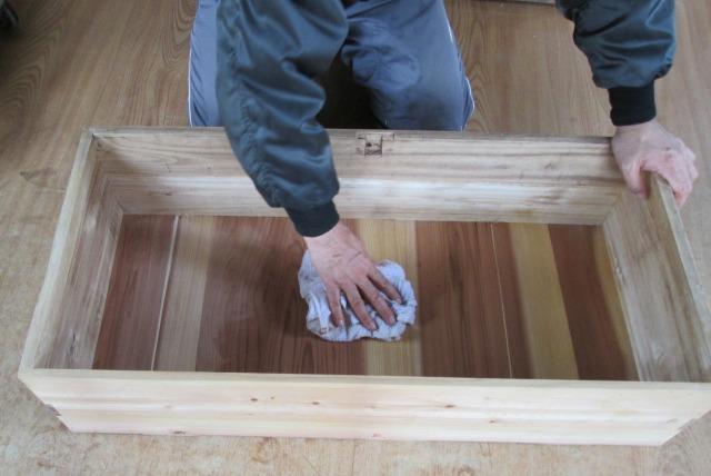 箪笥内部の拭き取り作業の映像